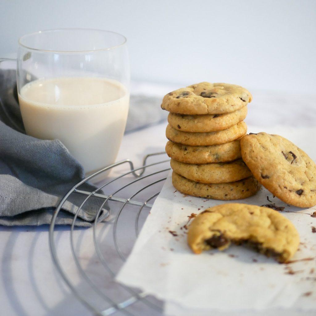 Cookies au chocolat accompagné d'un verre de lait.