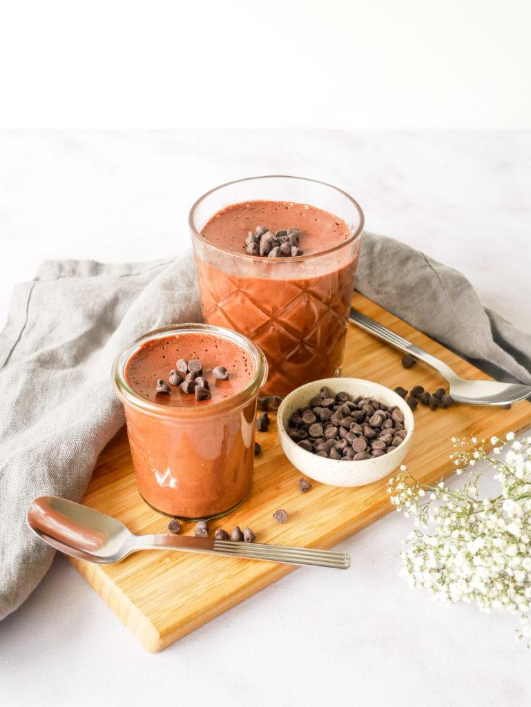 Recette de mousse au chocolat vegan qui nécessite uniquement deux ingrédients.