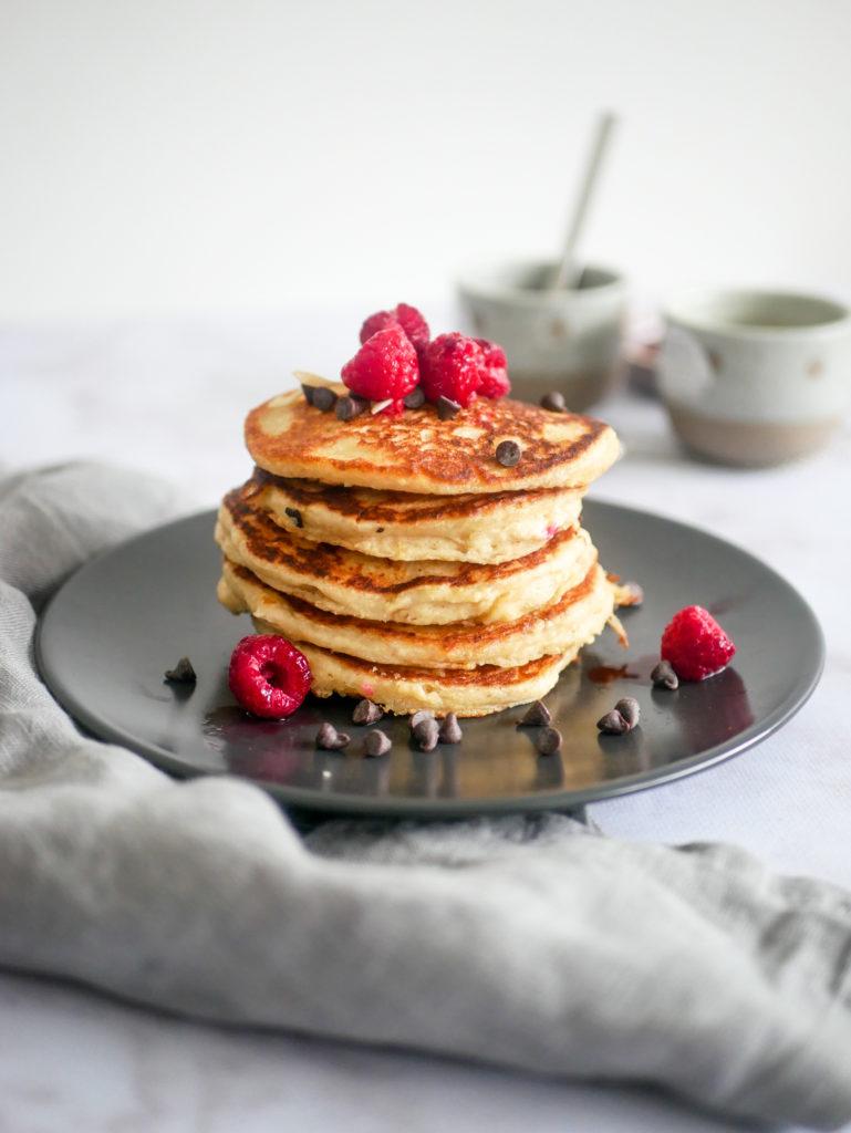 Recette de pancakes moelleux et vegans. Idéal pour un petit-déjeuner vegan et sain.